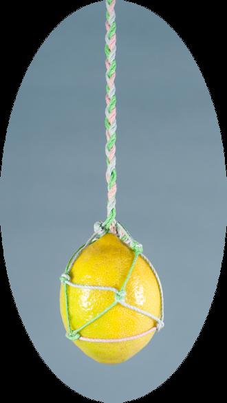 לימון תלוי קשור בחבלים צבעוניים